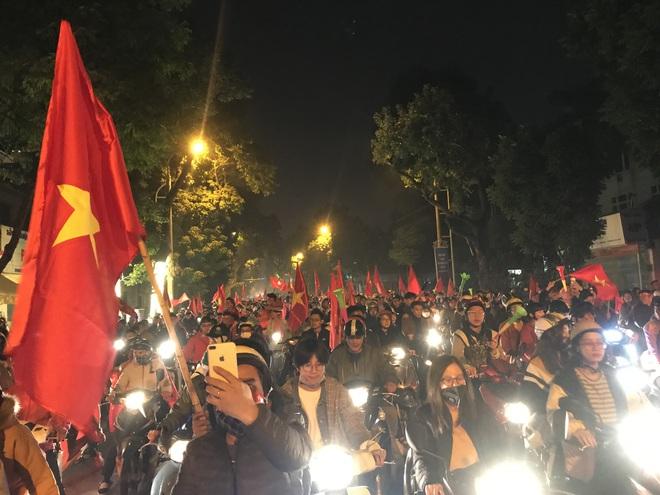 Muôn vàn kiểu xuống đường ăn mừng chiến thắng của U22 Việt Nam trước Indonesia - Ảnh 18.
