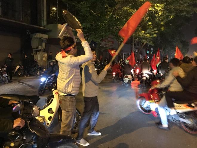 Muôn vàn kiểu xuống đường ăn mừng chiến thắng của U22 Việt Nam trước Indonesia - Ảnh 21.