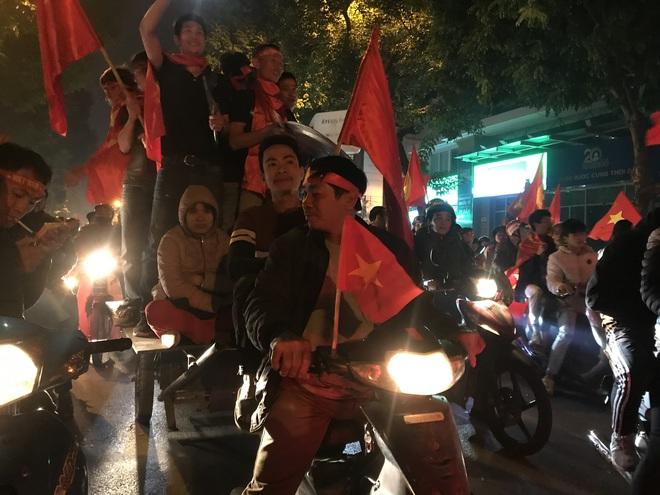 Muôn vàn kiểu xuống đường ăn mừng chiến thắng của U22 Việt Nam trước Indonesia - Ảnh 24.