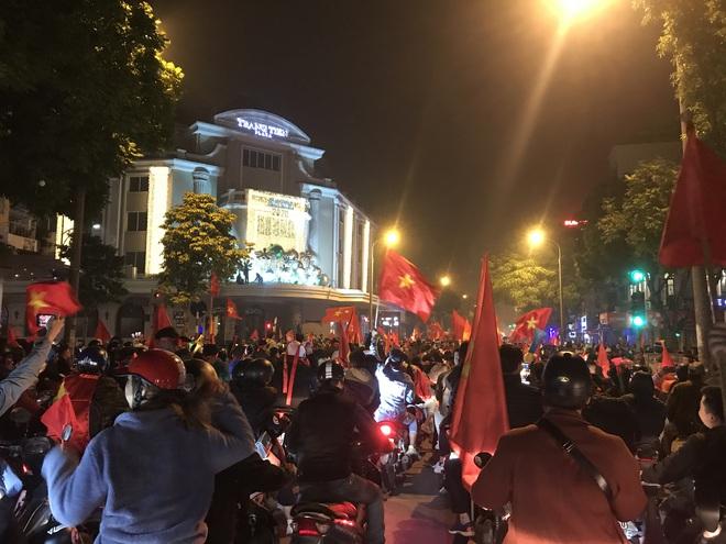 Muôn vàn kiểu xuống đường ăn mừng chiến thắng của U22 Việt Nam trước Indonesia - ảnh 24