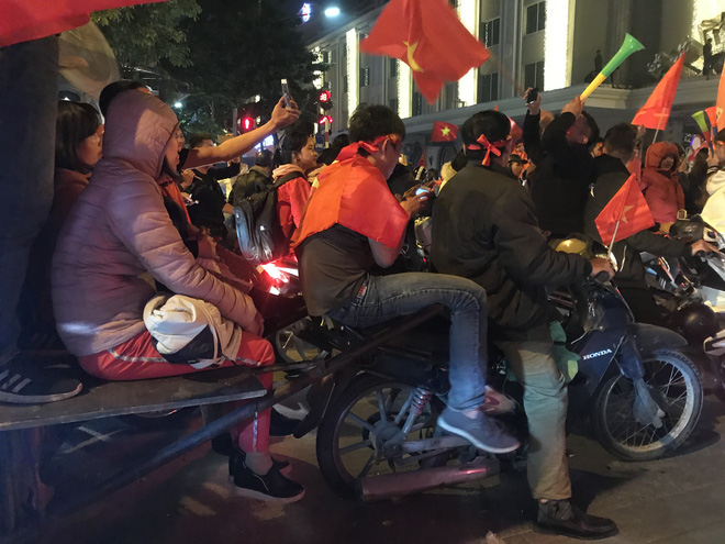 Muôn vàn kiểu xuống đường ăn mừng chiến thắng của U22 Việt Nam trước Indonesia - Ảnh 26.