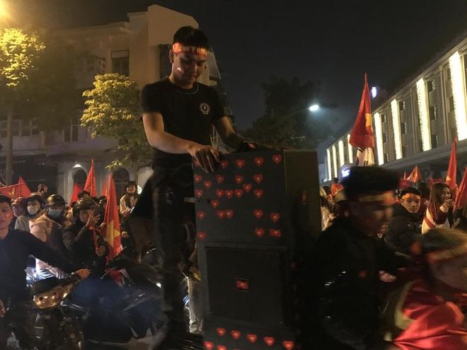 Muôn vàn kiểu xuống đường ăn mừng chiến thắng của U22 Việt Nam trước Indonesia - ảnh 26