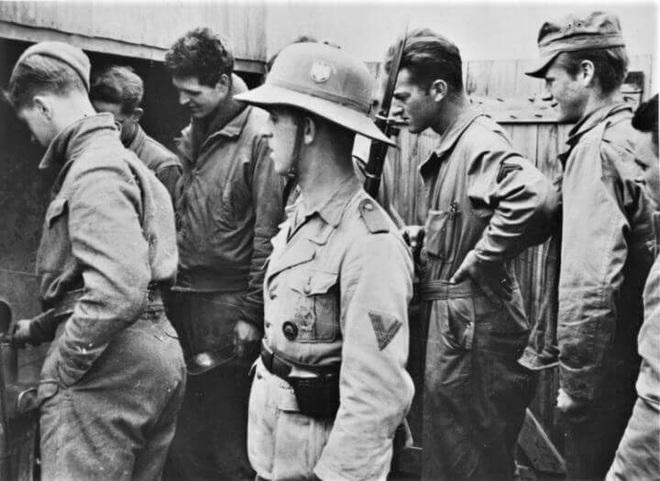 Hy hữu những trường hợp đầu hàng và bị bắt làm tù binh trong Thế chiến II - Ảnh 2.