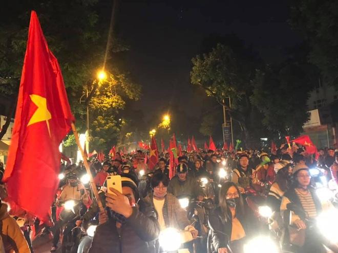 Muôn vàn kiểu xuống đường ăn mừng chiến thắng của U22 Việt Nam trước Indonesia - Ảnh 28.