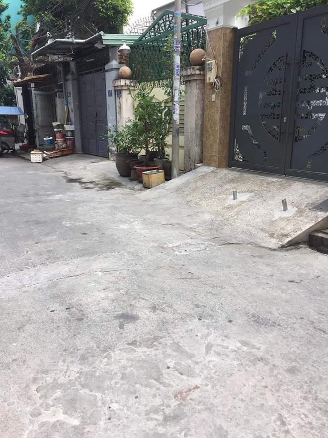 Chôn 2 cọc sắt trước cổng để bẫy xe lùi ké, chủ nhà khiến tất cả kinh hãi - ảnh 1