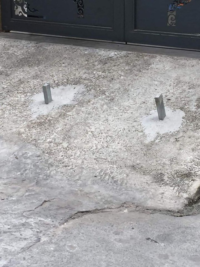 Chôn 2 cọc sắt trước cổng để bẫy xe lùi ké, chủ nhà khiến tất cả kinh hãi - ảnh 2