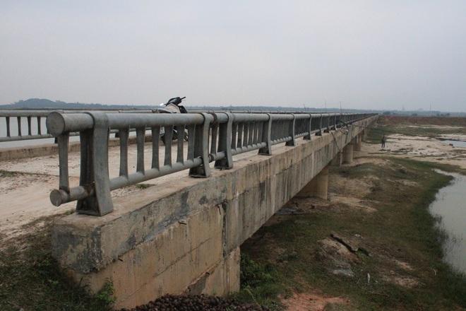 Tấm xốp khổng lồ lộ ra khỏi lớp bê tông mỏng của cây cầu hơn 7 tỷ đồng ở Hà Tĩnh - Ảnh 1.