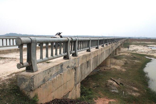 Cận cảnh lớp xốp khổng lồ trong bê tông ở cây cầu hơn 7 tỷ đồng tại Hà Tĩnh - Ảnh 1.