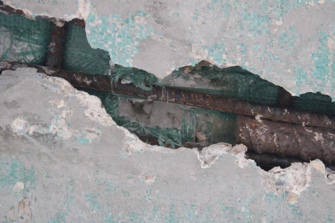 Tấm xốp khổng lồ lộ ra khỏi lớp bê tông mỏng của cây cầu hơn 7 tỷ đồng ở Hà Tĩnh - Ảnh 3.