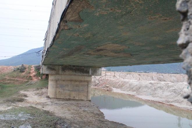 Cận cảnh lớp xốp khổng lồ trong bê tông ở cây cầu hơn 7 tỷ đồng tại Hà Tĩnh - Ảnh 3.