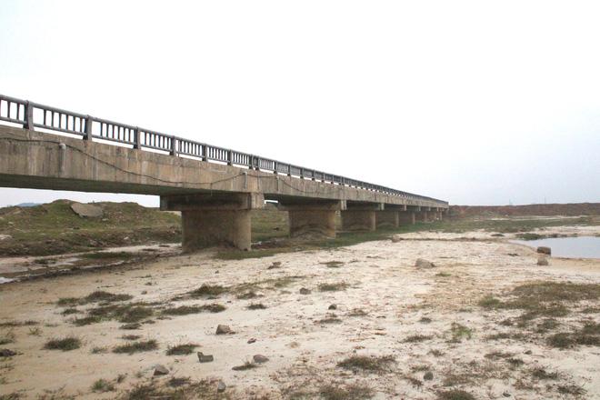 Cận cảnh lớp xốp khổng lồ trong bê tông ở cây cầu hơn 7 tỷ đồng tại Hà Tĩnh - Ảnh 2.