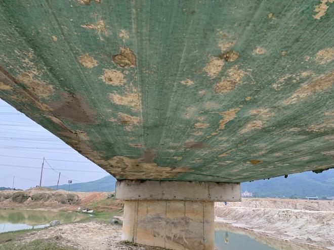 Cận cảnh lớp xốp khổng lồ trong bê tông ở cây cầu hơn 7 tỷ đồng tại Hà Tĩnh - Ảnh 4.