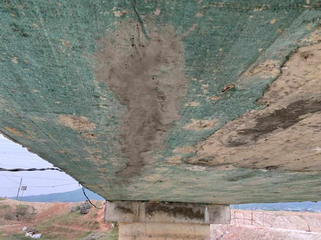 Cận cảnh lớp xốp khổng lồ trong bê tông ở cây cầu hơn 7 tỷ đồng tại Hà Tĩnh - Ảnh 12.