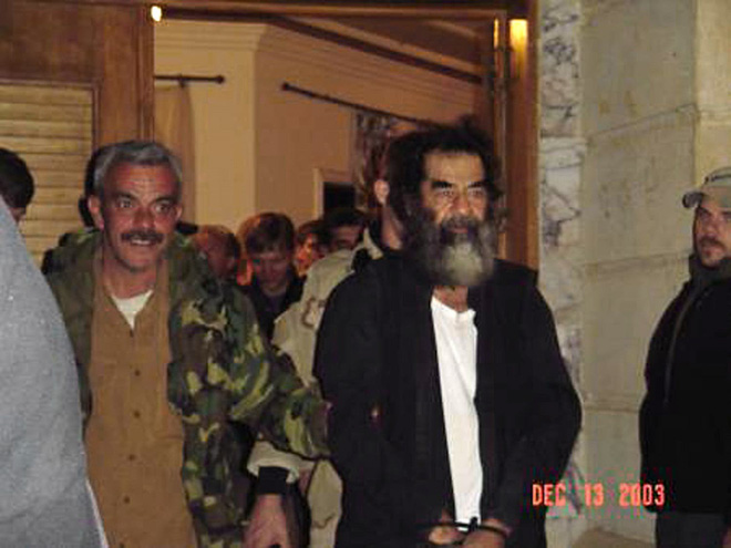 Người thẩm vấn Saddam Hussein tiết lộ những tình tiết bi thảm của vụ lừa dối lớn nhất lịch sử hiện đại - Ảnh 2.