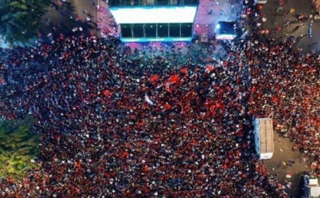 """Báo Trung Quốc dùng từ """"quá sốc"""" để mô tả cảnh fan Việt Nam ăn mừng HCV SEA Games"""