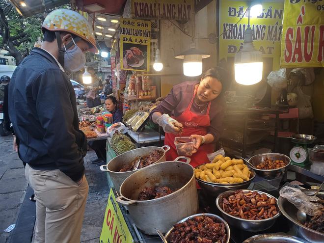 Khu chợ độc nhất Hà Nội: Mở vài tiếng bán hàng trăm cân cá kho, trời lạnh càng hút khách - Ảnh 11.