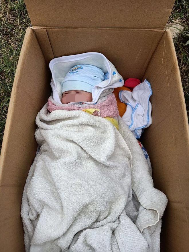 Em bé bị bỏ rơi trong thùng carton ven đường, tờ giấy người mẹ để lại gây bức xúc - Ảnh 1.