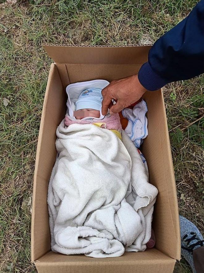 Em bé bị bỏ rơi trong thùng carton ven đường, tờ giấy người mẹ để lại gây bức xúc - Ảnh 2.