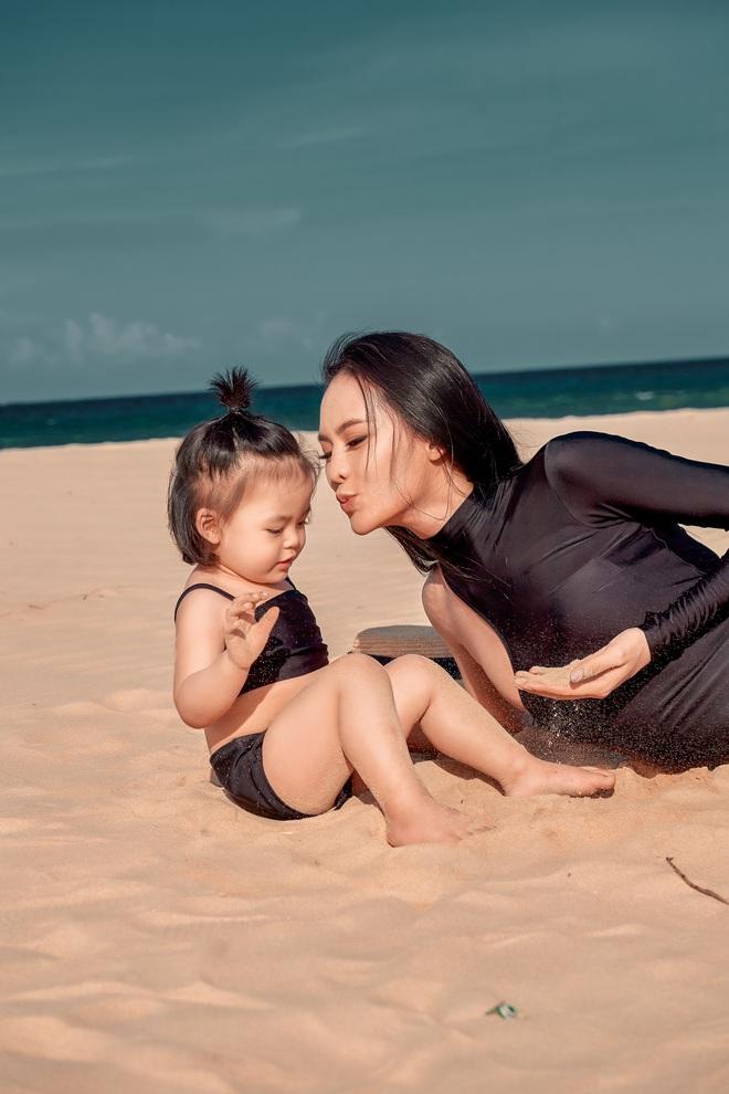 Sang Lê diện bikini khoe vóc dáng gợi cảm và cô con gái đáng yêu vừa tròn 2 tuổi - ảnh 2