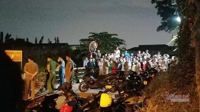 Chen chúc xem xác chó nằm trong hộp đá hoa cương ở bãi rác Sài Gòn - Ảnh 1.