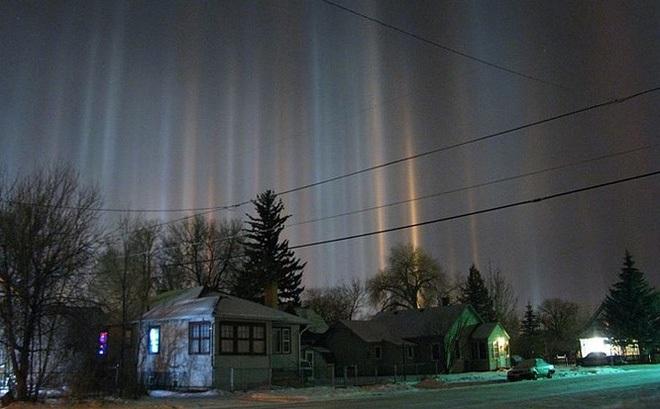 Giải mã bí ẩn hiện tượng cột ánh sáng nhiều màu kéo dài từ bầu trời xuống mặt đất
