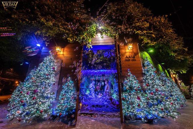 Choáng ngợp sắc màu Noel trong biệt thự 60 tỷ của Đàm Vĩnh Hưng  - Ảnh 1.