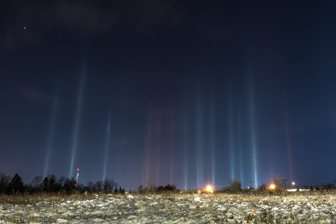 Giải mã bí ẩn hiện tượng cột ánh sáng nhiều màu kéo dài từ bầu trời xuống mặt đất - Ảnh 1.
