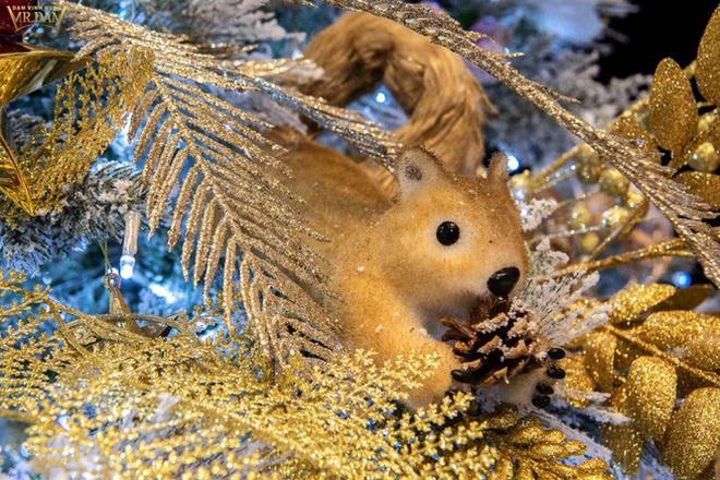 Choáng ngợp sắc màu Noel trong biệt thự 60 tỷ của Đàm Vĩnh Hưng  - Ảnh 12.