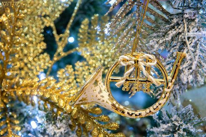 Choáng ngợp sắc màu Noel trong biệt thự 60 tỷ của Đàm Vĩnh Hưng  - Ảnh 8.