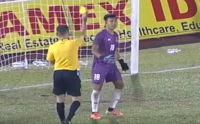 """Sang Việt Nam dự giải, thủ môn Myanmar nhận thẻ đỏ vì """"tiểu xảo"""" giống đồng nghiệp Thái Lan"""