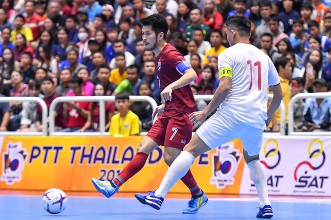 Chơi đầy nỗ lực trước Thái Lan, Việt Nam vẫn nhận thất bại, ngậm ngùi nhìn đối thủ vô địch - Ảnh 1.