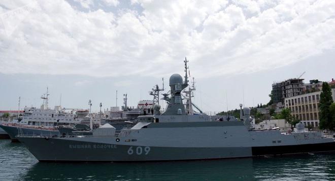Tàu hộ vệ tên lửa Nga bám đuổi khu trục hạm Hải quân Mỹ trên Biển Đen - Ảnh 1.