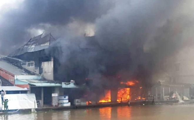 Cháy dữ đội tại cửa hàng điện máy lớn ở Bạc Liêu