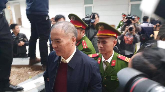 Hình ảnh mới nhất phiên xét xử vụ MobiFone mua AVG: ông Nguyễn Bắc Son, Trương Minh Tuấn tới tòa - Ảnh 9.
