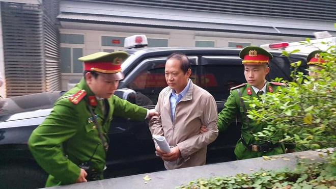 Hình ảnh mới nhất phiên xét xử vụ MobiFone mua AVG: ông Nguyễn Bắc Son, Trương Minh Tuấn tới tòa - Ảnh 2.