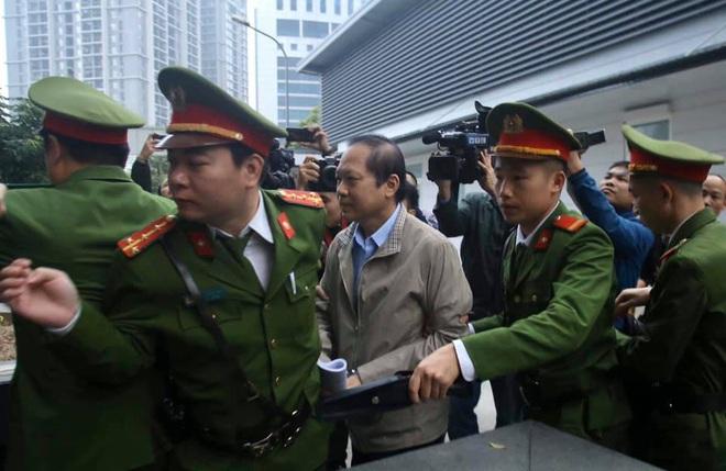 Hình ảnh mới nhất phiên xét xử vụ MobiFone mua AVG: ông Nguyễn Bắc Son, Trương Minh Tuấn tới tòa - Ảnh 3.