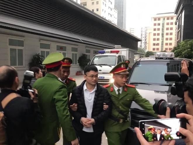 Hình ảnh mới nhất phiên xét xử vụ MobiFone mua AVG: ông Nguyễn Bắc Son, Trương Minh Tuấn tới tòa - Ảnh 6.