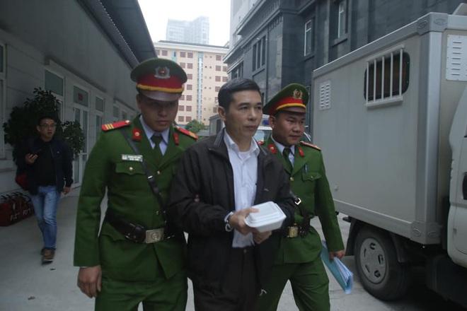 Hình ảnh mới nhất phiên xét xử vụ MobiFone mua AVG: ông Nguyễn Bắc Son, Trương Minh Tuấn tới tòa - Ảnh 7.