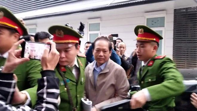 Hình ảnh mới nhất phiên xét xử vụ MobiFone mua AVG: ông Nguyễn Bắc Son, Trương Minh Tuấn tới tòa - ảnh 3