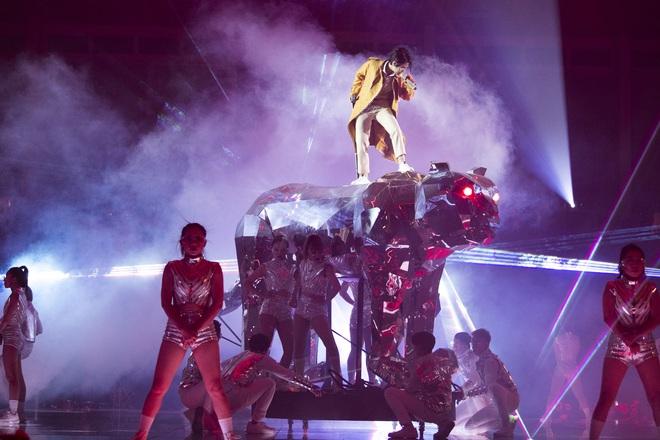 Vũ Cát Tường hụt chân, ngã từ sân khấu cao 2m xuống đất khiến hàng nghìn fan sợ hãi - ảnh 8