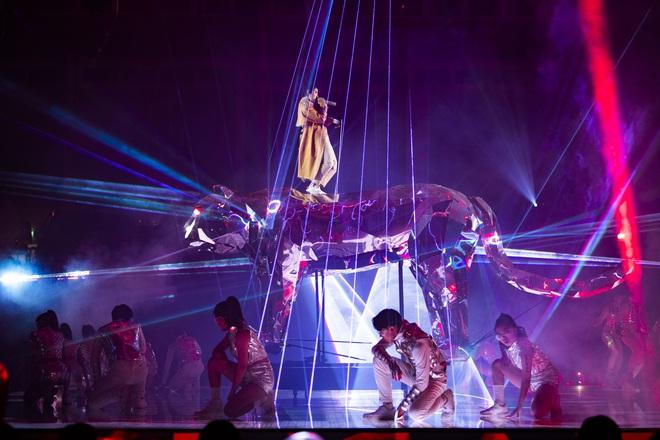 Vũ Cát Tường hụt chân, ngã từ sân khấu cao 2m xuống đất khiến hàng nghìn fan sợ hãi - ảnh 1