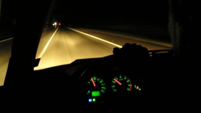 Lái xe ban đêm không có đèn đường cần phải chú ý gì? - Ảnh 1.