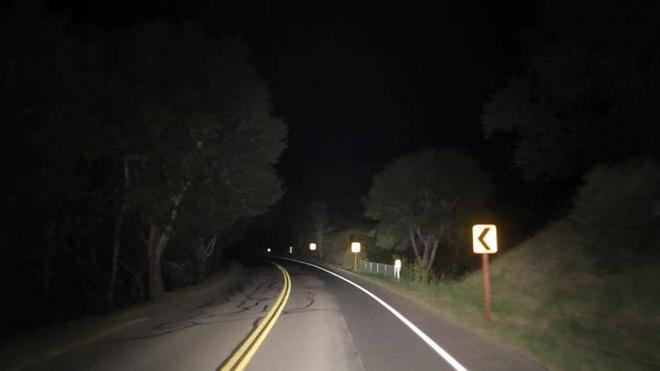 Lái xe ban đêm không có đèn đường cần phải chú ý gì? - Ảnh 2.