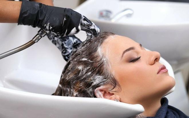 6 thói quen xấu khiến rụng tóc, hói đầu - Ảnh 2.