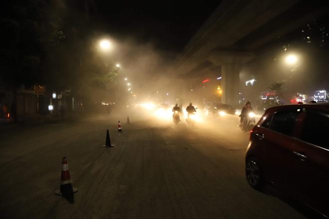 Công nhân thi công đường Nguyễn Trãi thản nhiên 'thổi bụi' vào người tham gia giao thông - Ảnh 8.