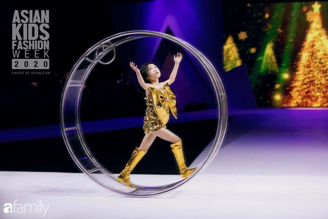 Khánh An - mẫu nhí 8 tuổi với màn catwalk thần sầu gây bão MXH và nỗi lo của người mẹ có con gái vào nghề showbiz từ quá sớm - Ảnh 3.