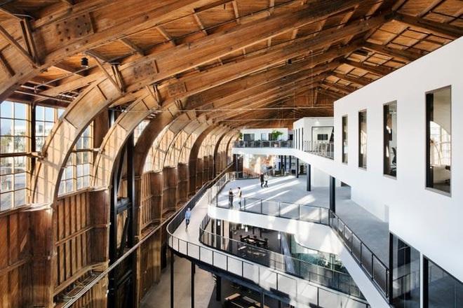 Những toà nhà kì lạ trên thế giới được Google biến thành văn phòng - Ảnh 1.