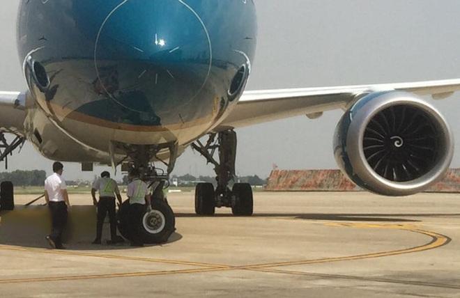 Tại sao máy bay liên tiếp bị phát hiện rách lốp tại Nội Bài? - Ảnh 1.