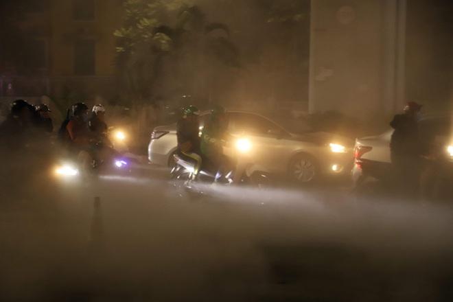 Công nhân thi công đường Nguyễn Trãi thản nhiên 'thổi bụi' vào người tham gia giao thông - Ảnh 3.
