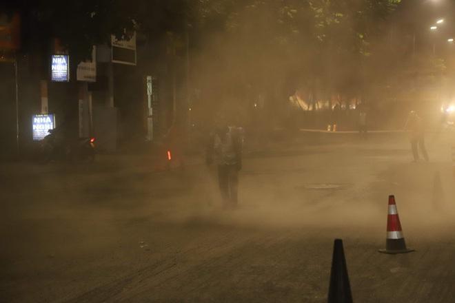 Công nhân thi công đường Nguyễn Trãi thản nhiên 'thổi bụi' vào người tham gia giao thông - Ảnh 5.